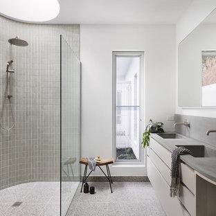 Großes Modernes Badezimmer En Suite mit bodengleicher Dusche, Terrazzo-Boden, Beton-Waschbecken/Waschtisch, offener Dusche, grauer Waschtischplatte, flächenbündigen Schrankfronten, beigen Schränken, grauen Fliesen, Mosaikfliesen, weißer Wandfarbe, integriertem Waschbecken und grauem Boden in Melbourne