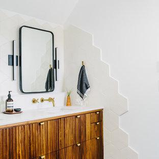 Новые идеи обустройства дома: ванная комната в скандинавском стиле с плоскими фасадами, фасадами цвета дерева среднего тона, бежевой плиткой, белыми стенами, врезной раковиной и серым полом