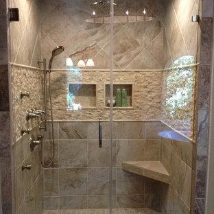 Mittelgroßes Klassisches Badezimmer En Suite mit Duschnische, beigefarbenen Fliesen, Steinfliesen, beiger Wandfarbe, Keramikboden, beigem Boden und Falttür-Duschabtrennung in Atlanta