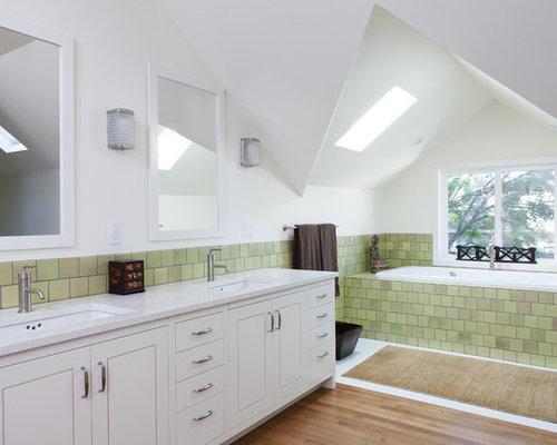 Badezimmer mit recyclingglas waschtisch und hellem for Badezimmer ideen mit holzboden