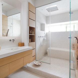 Modernes Duschbad Mit Flächenbündigen Schrankfronten, Hellbraunen  Holzschränken, Duschnische, Beigefarbenen Fliesen, Mosaikfliesen,