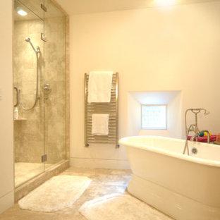 Ejemplo de cuarto de baño principal, clásico renovado, grande, con bañera exenta, ducha empotrada, baldosas y/o azulejos beige, baldosas y/o azulejos de travertino, suelo de travertino, suelo beige, ducha con puerta con bisagras y paredes beige