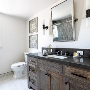 Idéer för mellanstora lantliga svart en-suite badrum, med luckor med infälld panel, en toalettstol med hel cisternkåpa, beige väggar, marmorgolv, ett undermonterad handfat, vitt golv, skåp i mörkt trä och granitbänkskiva