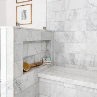 Inspiration för ett mellanstort lantligt beige beige en-suite badrum, med vita skåp, våtrum, en toalettstol med hel cisternkåpa, keramikplattor, beige väggar, ett undermonterad handfat, granitbänkskiva, dusch med gångjärnsdörr, mosaikgolv, luckor med infälld panel och grå kakel