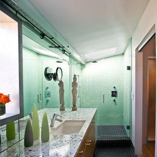 Ispirazione per una stanza da bagno contemporanea con top alla veneziana, doccia alcova, piastrelle verdi e pavimento con piastrelle in ceramica