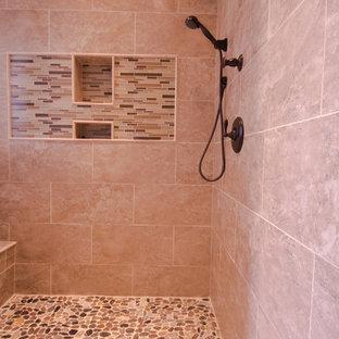 Foto di una stanza da bagno padronale tradizionale con vasca da incasso, doccia ad angolo, piastrelle beige, piastrelle a mosaico, pareti beige, pavimento in gres porcellanato e lavabo sottopiano