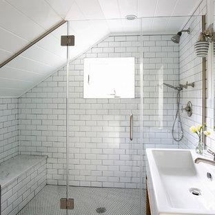 Esempio di una stanza da bagno per bambini eclettica di medie dimensioni con lavabo a consolle, consolle stile comò, ante in legno scuro, doccia doppia, WC monopezzo, piastrelle bianche, piastrelle in ceramica, pareti bianche e pavimento con piastrelle in ceramica