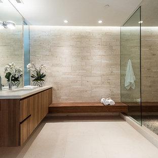 Inspiration för ett mellanstort funkis badrum med dusch, med släta luckor, skåp i mörkt trä, en öppen dusch, en toalettstol med hel cisternkåpa, beige kakel, stenkakel, beige väggar, kalkstensgolv, ett undermonterad handfat och marmorbänkskiva