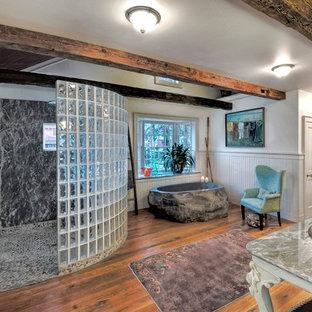 Diseño de cuarto de baño principal, de estilo de casa de campo, extra grande, con lavabo tipo consola y suelo de madera en tonos medios