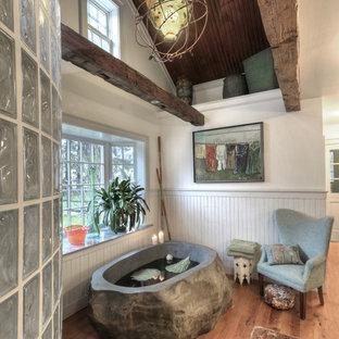 Idee per una grande stanza da bagno padronale country con lavabo a consolle, vasca freestanding, doccia aperta, pareti bianche, pavimento in legno massello medio, top in marmo e doccia aperta