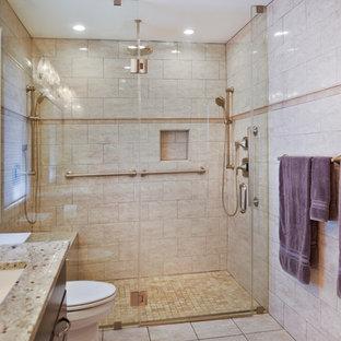 Foto di un'ampia stanza da bagno padronale minimalista con ante in legno bruno, vasca idromassaggio, vasca/doccia, WC monopezzo, piastrelle beige, pareti beige, lavabo sottopiano, pavimento beige, doccia con tenda e top grigio