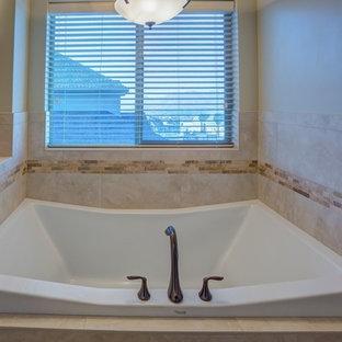 Imagen de cuarto de baño principal, tradicional, con lavabo bajoencimera y bañera encastrada