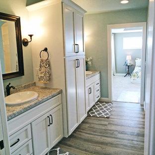 Пример оригинального дизайна: главная ванная комната среднего размера в современном стиле с накладной раковиной, фасадами в стиле шейкер, белыми фасадами и столешницей из ламината