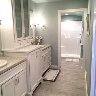 Идея дизайна: большая главная ванная комната в стиле кантри с фасадами с утопленной филенкой, белыми фасадами, душем без бортиков, синими стенами, полом из винила, накладной раковиной и столешницей из ламината