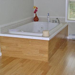 Новые идеи обустройства дома: ванная комната в современном стиле с полом из бамбука и желтым полом