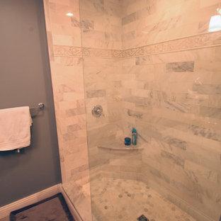 Diseño de cuarto de baño principal, ecléctico, pequeño, con armarios con paneles empotrados, puertas de armario blancas, ducha abierta, sanitario de pared, baldosas y/o azulejos grises, baldosas y/o azulejos de piedra, paredes grises, suelo de baldosas de porcelana, lavabo bajoencimera y encimera de mármol