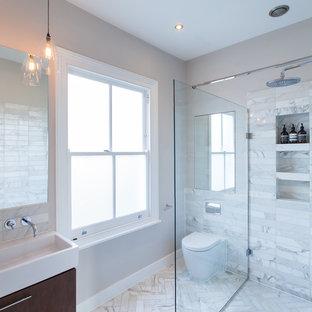 Idee per una stanza da bagno per bambini contemporanea di medie dimensioni con zona vasca/doccia separata, piastrelle bianche, piastrelle di marmo, pareti bianche, pavimento in marmo, lavabo a consolle, pavimento bianco, doccia aperta, ante lisce, ante marroni e WC monopezzo