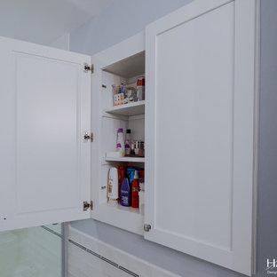 Пример оригинального дизайна: детская ванная комната среднего размера в классическом стиле с фасадами в стиле шейкер, белыми фасадами, ванной в нише, душем над ванной, раздельным унитазом, белой плиткой, плиткой кабанчик, синими стенами, полом из цементной плитки, врезной раковиной, столешницей из искусственного кварца, серым полом, душем с раздвижными дверями, серой столешницей, нишей, тумбой под одну раковину, встроенной тумбой и панелями на стенах