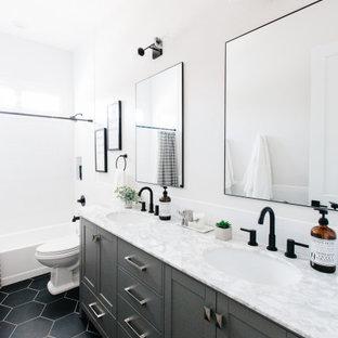 フェニックスのトランジショナルスタイルのおしゃれな浴室 (シェーカースタイル扉のキャビネット、グレーのキャビネット、アルコーブ型浴槽、白い壁、アンダーカウンター洗面器、黒い床、白い洗面カウンター、洗面台2つ) の写真