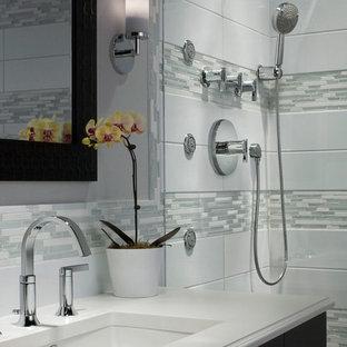 Стильный дизайн: маленькая ванная комната в современном стиле с темными деревянными фасадами, душем в нише, удлиненной плиткой, серыми стенами, душевой кабиной, врезной раковиной, столешницей из искусственного кварца, душем с распашными дверями, серой плиткой и белой плиткой - последний тренд