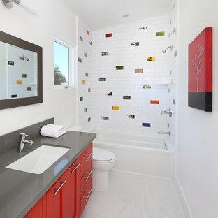 Esempio di una stanza da bagno per bambini design di medie dimensioni con ante in stile shaker, ante rosse, piastrelle multicolore, piastrelle in ceramica, pareti bianche, pavimento con piastrelle a mosaico, top in marmo, vasca ad alcova, vasca/doccia, lavabo sottopiano e doccia aperta