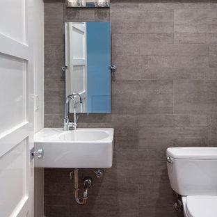 Kleines Modernes Duschbad mit Wandtoilette mit Spülkasten, grauen Fliesen, Terrakottafliesen, grauer Wandfarbe, braunem Holzboden und Marmor-Waschbecken/Waschtisch in San Francisco