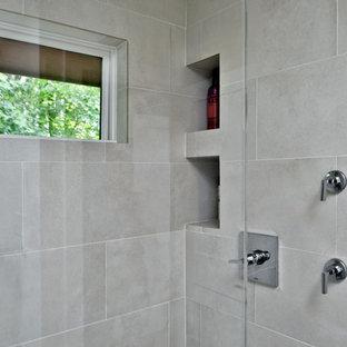 Ispirazione per una piccola stanza da bagno padronale shabby-chic style con ante in stile shaker, ante bianche, doccia aperta, WC monopezzo, piastrelle grigie, piastrelle in gres porcellanato, pareti grigie, parquet chiaro, lavabo sottopiano, top in granito, pavimento marrone, doccia aperta e top grigio