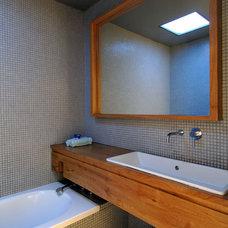 Modern Bathroom by Amitzi Architects
