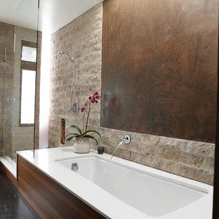 Foto de cuarto de baño principal, rural, grande, con bañera encastrada sin remate, ducha empotrada, baldosas y/o azulejos de piedra, paredes marrones y suelo de madera oscura