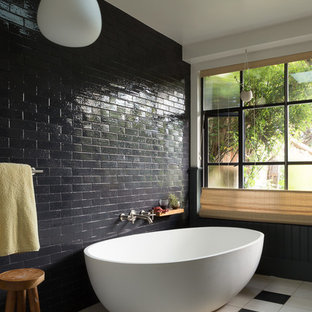 Inredning av ett eklektiskt mellanstort en-suite badrum, med ett fristående badkar, svart kakel, tunnelbanekakel, en dusch i en alkov, vita väggar och klinkergolv i porslin