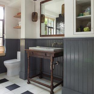 Неиссякаемый источник вдохновения для домашнего уюта: главная ванная комната среднего размера в стиле фьюжн с консольной раковиной, фасадами островного типа, темными деревянными фасадами, белыми стенами, отдельно стоящей ванной, душем в нише, черной плиткой, плиткой кабанчик, полом из керамогранита, столешницей из дерева и коричневой столешницей