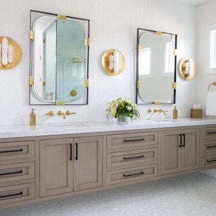 オレンジカウンティのトランジショナルスタイルのおしゃれなマスターバスルーム (シェーカースタイル扉のキャビネット、中間色木目調キャビネット、アルコーブ型シャワー、白いタイル、白い壁、マルチカラーの床、開き戸のシャワー、マルチカラーの洗面カウンター) の写真