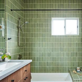 Modern inredning av ett mellanstort grå grått badrum för barn, med släta luckor, skåp i mellenmörkt trä, ett badkar i en alkov, en dusch/badkar-kombination, grön kakel, keramikplattor, vita väggar, klinkergolv i porslin, ett avlångt handfat, bänkskiva i kvarts, grått golv och dusch med duschdraperi