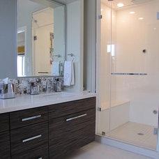 Contemporary Bathroom by anat shmariahu