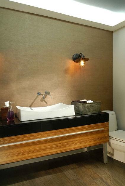 Modern Bathroom by Elias Kababie
