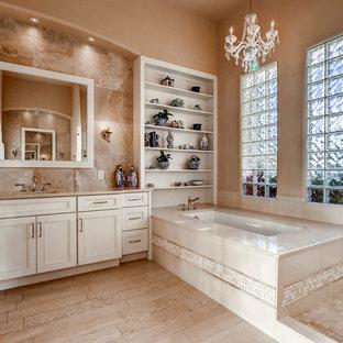 Diseño de cuarto de baño principal, tradicional renovado, grande, con bañera encastrada sin remate, ducha abierta, baldosas y/o azulejos beige, paredes beige, suelo de baldosas de porcelana, lavabo bajoencimera, encimera de cuarcita, armarios con paneles empotrados y ducha abierta