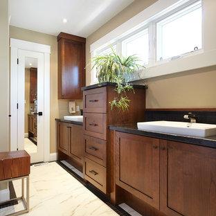 Diseño de cuarto de baño principal, de estilo americano, pequeño, con armarios estilo shaker, puertas de armario de madera oscura, encimera de esteatita, baldosas y/o azulejos blancas y negros, ducha abierta, lavabo encastrado y paredes multicolor