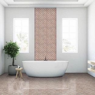Idéer för mellanstora funkis rosa en-suite badrum, med rosa kakel, marmorkakel, rosa väggar, marmorgolv, marmorbänkskiva och rosa golv