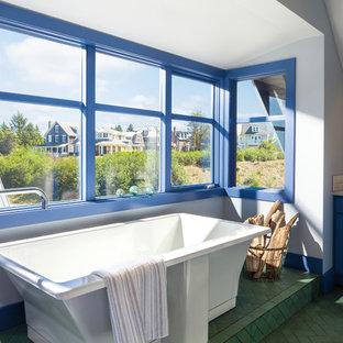 Ispirazione per una stanza da bagno padronale minimal di medie dimensioni con ante in stile shaker, ante blu, vasca freestanding, piastrelle bianche, piastrelle diamantate, lavabo da incasso e pavimento verde