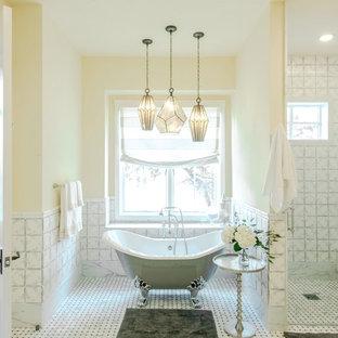 Foto de cuarto de baño campestre, grande, con bañera con patas, baldosas y/o azulejos grises, baldosas y/o azulejos blancos, paredes amarillas, suelo blanco, ducha empotrada, suelo de mármol, lavabo sobreencimera, encimera de esteatita y ducha con puerta con bisagras