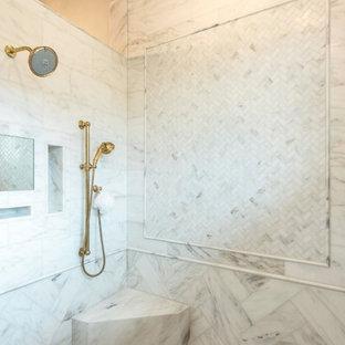 Immagine di una grande stanza da bagno padronale country con ante in stile shaker, ante turchesi, vasca freestanding, doccia alcova, pareti beige, pavimento in marmo, lavabo sottopiano, top in marmo, pavimento bianco, doccia aperta e top bianco
