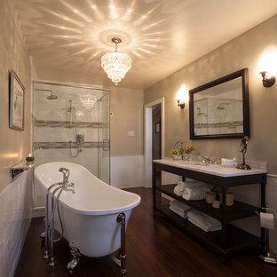 Idee per una stanza da bagno padronale tradizionale di medie dimensioni con lavabo sottopiano, nessun'anta, ante in legno bruno, top in marmo, vasca con piedi a zampa di leone, doccia aperta, piastrelle bianche, piastrelle in ceramica, pareti beige e parquet scuro