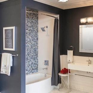 Idee per una stanza da bagno per bambini contemporanea con lavabo sospeso, piastrelle blu, piastrelle a mosaico, pareti blu e pavimento in marmo