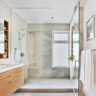 Ispirazione per una stanza da bagno con doccia di medie dimensioni con ante in legno chiaro, doccia alcova, piastrelle multicolore, pareti multicolore, pavimento grigio, porta doccia a battente e ante di vetro