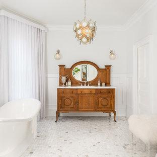 Idéer för ett mellanstort klassiskt en-suite badrum, med möbel-liknande, marmorbänkskiva, ett fristående badkar, vita väggar, skåp i mellenmörkt trä, marmorgolv och vitt golv