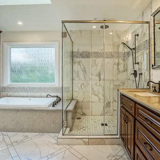 Idéer för stora vintage en-suite badrum, med luckor med upphöjd panel, skåp i mörkt trä, ett platsbyggt badkar, en dusch i en alkov, en toalettstol med separat cisternkåpa, grå kakel, vit kakel, porslinskakel, grå väggar, klinkergolv i porslin, ett undermonterad handfat, bänkskiva i betong, vitt golv och dusch med gångjärnsdörr