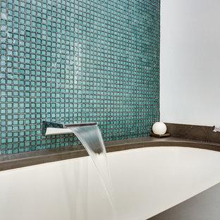 Esempio di una stanza da bagno padronale design di medie dimensioni con ante lisce, ante bianche, vasca sottopiano, doccia a filo pavimento, bidè, piastrelle verdi, piastrelle di vetro, pareti bianche, pavimento in ardesia, top in saponaria e top grigio