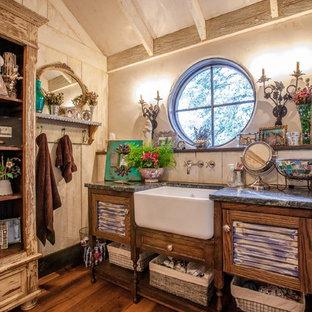 Ejemplo de cuarto de baño romántico con lavabo bajoencimera, puertas de armario de madera oscura, paredes blancas, suelo de madera en tonos medios y armarios con puertas mallorquinas