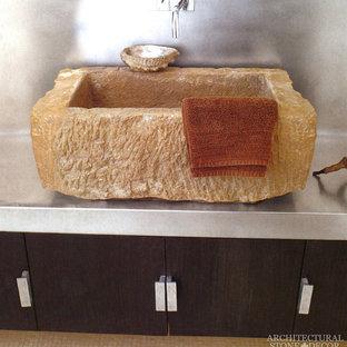 Idee per una stanza da bagno padronale mediterranea con lavabo rettangolare e top in acciaio inossidabile