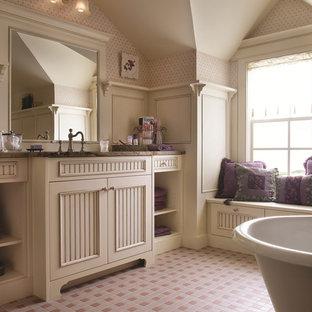 Inspiration för ett stort vintage en-suite badrum, med luckor med profilerade fronter, vita skåp, ett badkar med tassar, en hörndusch, en toalettstol med hel cisternkåpa, beige kakel, keramikplattor, vita väggar, klinkergolv i keramik, ett integrerad handfat, granitbänkskiva, rosa golv och dusch med gångjärnsdörr